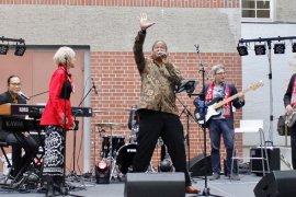 Syaharani dan Craig Burton nyanyi bareng di Berlin