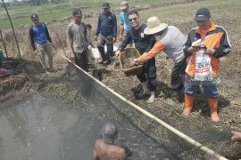 Video-Meriahnya tradisi warga Binjai Pemangkih membuka sumur menangkap ikan