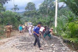 Jalan menuju kawasan wisata air terjun Seringgana Kutambaru dibenahi
