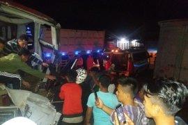 Tabrakan bus dengan truk tronton, dua penumpang tewas