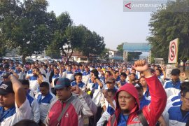 Pekerja demo manajemen PT Suzuki Indomobil Motor Bekasi