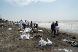 Masyarakat terima upah untuk bersihkan ceceran minyak mentah Pertamina