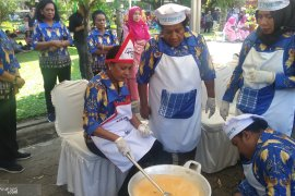 Istri Gubernur se-Indonesia  adu kepandaian memasak rendang