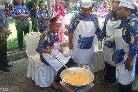 Para isteri Gubernur se-Indonesia masak rendang,  dan pemenangnya ini