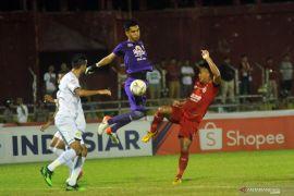 Semen Padang dan Persebaya bermain imbang tanpa gol