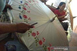 Perajin payung geulis Kota Tasikmalaya kembangkan produk berbahan plastik
