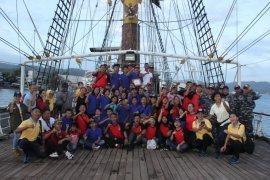 Puluhan remaja berlayar dengan KRI Dewaruci