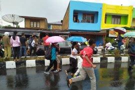 Demi salaman dengan Jokowi, masyarakat  rela menerobos hujan