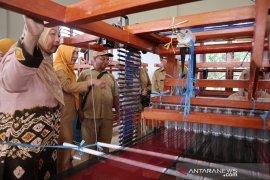 Dekranasda dorong masyarakat kembangkan produk tenun songket dan selendang
