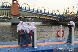 Jembatan apung di Festival Cisadane menjadi favorit swafoto