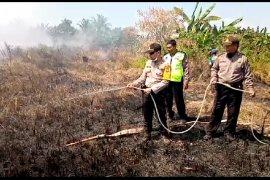 Jajaran Polsek Sungai Kakap-TNI dan Manggala Agni padamkan kebakaran lahan