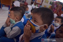 Kabut asap paksa murid dan guru mengenakan masker di sekolah
