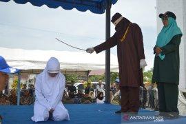 Eksekusi cambuk pelanggar hukum syariat islam