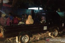 Meskipun peringatan tsunami telah berakhir, warga masih takut kembali ke rumahnya