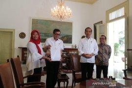 Jokowi saksikan langsung penyerahan keppres amnesti Baiq Nuril