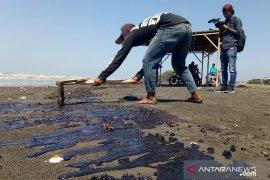Banyak warga yang bersihkan limbah minyak mentah terserang penyakit