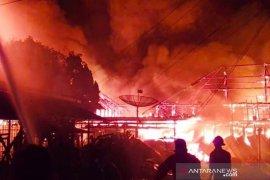 Puluhan armada damkar padamkan api di kawasan padat hunian Pegangsaan