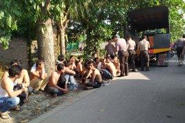 """Gerebek """"kampung narkoba"""", polisi tangkap 37 orang, 7 di antaranya wanita"""