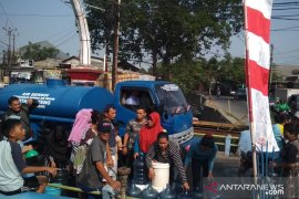 Distribusi terganggu pemadaman listrik, PDAM Tangerang pasok air pakai tangki