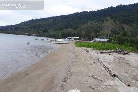 Warga minta Pemkab Teluk Wondama bangun penahan ombak di Wasior