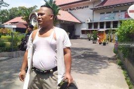 Saat melakukan penertiban, petugas Satpol PP Medan disiram air cabai