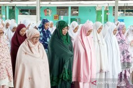 Bupati Bogor laksanakan shalat ghaib untuk Mbah Moen bersama para santri