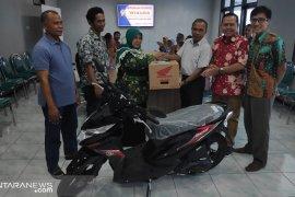 Calon istri wisudawan IKIP Budi Utomo Malang dapat hadiah sepeda motor