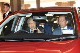 Jokowi tumpangi mobil Proton yang dikemudikan Mahathir Mohammad