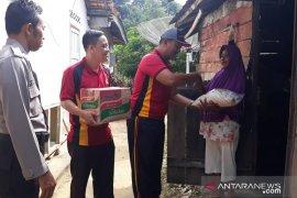 Polsek Mentok salurkan bantuan sembako untuk warga miskin