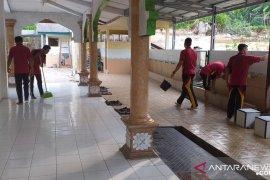 Polres Bangka Barat gelar bakti sosial bersihkan masjid