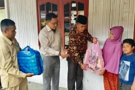 Disdukcapil Aceh Tengah bantu warga kurang mampu sekitar kantor