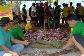 Sejumlah panitia kurban Purwakarta sudah bungkus daging dengan daun jati