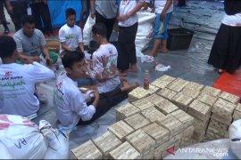 Penyaluran daging kurban di Sukabumi gunakan besek
