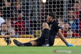 Liverpool dipastikan kehilangan kiper Alisson beberapa pekan ke depan