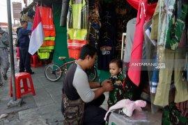 """Pedagang pakaian pejuang di Surabaya """"panen"""" jelang Agustusan"""
