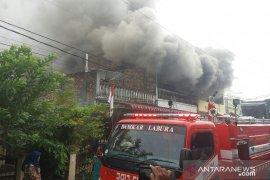 Kebakaran dekat kompleks perkantoran di Labura