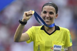 Frappart menjadi wasit wanita pertama di pertandingan Liga Champions