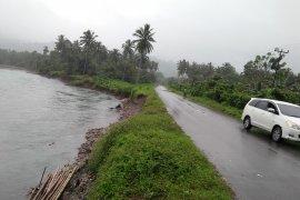 Luapan sungai Wai Kaka ancam putuskan ruas jalan utama