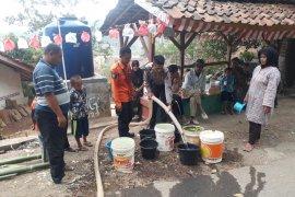 Pemkab Purwakarta terus salurkan air bersih ke daerah kekeringan