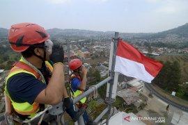 Pengibaran Bendera Di Puncak Menara