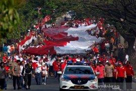 Kain merah-putih berukuran 100 x 5 meter diarak keliling Bogor