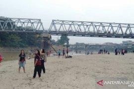 Warga Ngabang ramai kunjungi wisata musiman tepian Sungai Landak