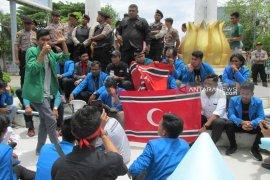Polisi usut kasus mahasiswa turun paksa Merah Putih dan kibarkan bendera bulan bintang
