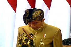 Presiden kenakan pakaian adat Sasak  lengkap dengan  Sapuknya, saat sidang DPR-DPD RI