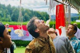 HUT RI, warga Swiss memenangkan lomba makan kerupuk
