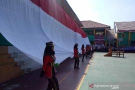 Siswa bentangkan bendera raksasa saat HUT ke-74 RI di Garut