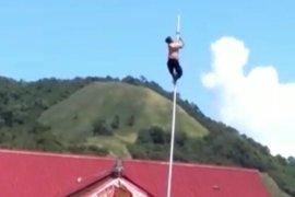 Aksi heroik siswa SMP Dulupi Gorontalo panjat tiang bendera