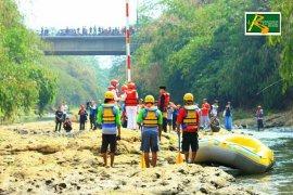 Komunitas Ciliwung Depok gelar upacara bendera di Sungai Ciliwung