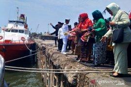 Wagub Babel tabur bunga di Pelabuhan Pangkalbalam