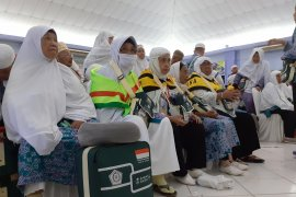 Jamaah Riau menunggu tiga  jam di Batam untuk terbang ke Pekanbaru